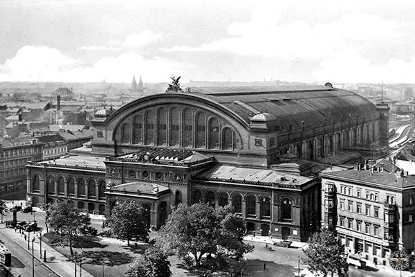 """rbb Fernsehen GEHEIMNISVOLLE ORTE, """"Der Anhalter Bahnhof"""", Film von Eva Röger, am Dienstag (24.05.16) um 20:15 Uhr. Als """"Tor zur Welt"""" wurde er bezeichnet, und wenn der Berliner liebevoll von seinem """"Anhalter"""" sprach, dann schwang Fernweh und Begeisterung mit. Die Portikus-Ruine am Askanischen Platz ist der kleine Rest eines imposanten Bauwerks von Weltmaßstab. Mit seinem Güterbahnhof am Gleisdreieck, wo sich die Gleise dreier Bahnhöfe vereinigten, schrieb der Anhalter Berliner Eisenbahngeschichte. - Der Anhalter Bahnhof bei seiner Neueröffnung © rbb/Slg. Axel Mauruszat, honorarfrei - Verwendung gemäß der AGB im engen inhaltlichen, redaktionellen Zusammenhang mit genannter rbb-Sendung und bei Nennung """"Bild: rbb/Slg. Axel Mauruszat"""" (S2). rbb Presse & Information, Masurenallee 8-14, 14057 Berlin, Tel: 030/97 99 3-12118 oder -12116, pressefoto@rbb-online.de"""